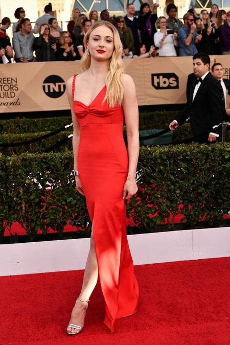 Sophie Turner splendide dans sa robe rouge aux SAG Awards