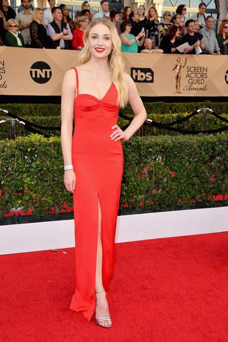 Sophie Turner splendide avec robe rouge